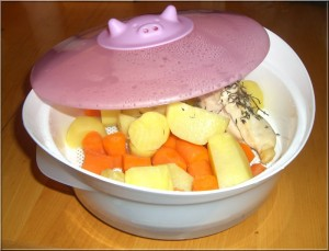 Des pommes de terre et des carottes bio avec un filet de volaille et du thym...un vrai délice !