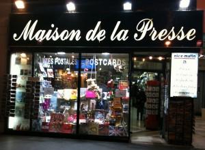 Maison de la presse sous les arcades de la Place Masséna