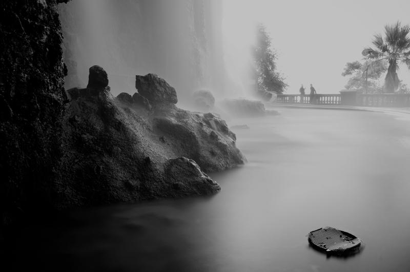 Cascade du château en noir et blanc et en pose longue.