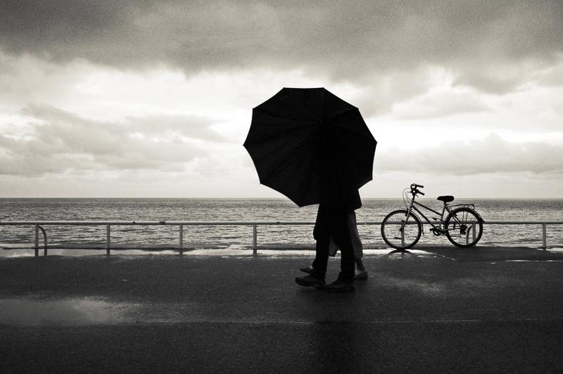 Couple derrière un parapluie sur la Promenade des Anglais à Nice
