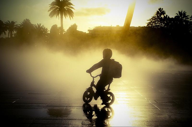 Petit vélo dans la brume, promenade du paillon à Nice.