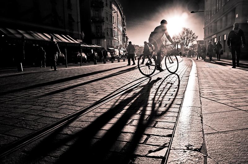 Cycliste niçois à contre-jour
